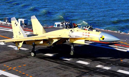 Tiêm kích J-15 luyện tập hạ cánh trên tàu sân bay Liêu Ninh. Ảnh: Xinhua