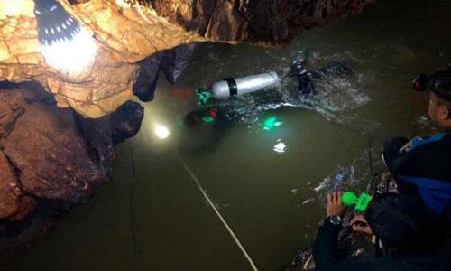 Đặc nhiệm SEAL Thái Lan ròng dây vào khoangngập nước trong hang Tham Luang. Ảnh: Bangkok Post.