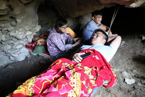 Một số người dân vào hang Lèn Cò (Đồng Thành, Yên Thành, Nghệ An) tránh nắng nóng. Ảnh: Nguyễn Hải.