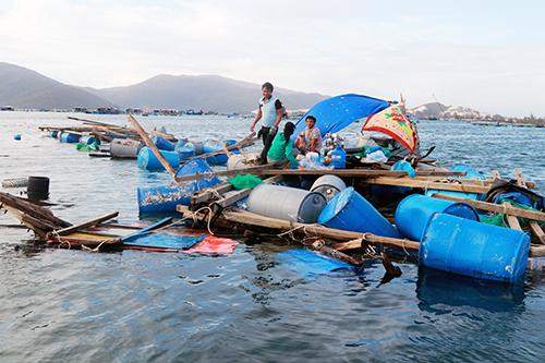 Lồng bè người dân nuôi tôm hùm trên vịnh Vân Phong tan hoang sau bão Damrey, năm 2017. Ảnh: Xuân Ngọc