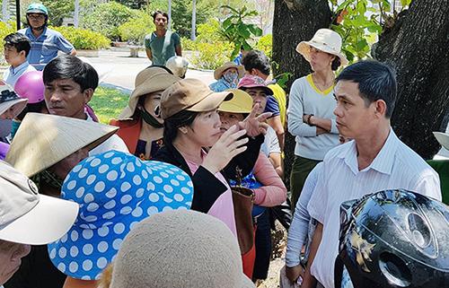 Người dân kéo đến UBND huyện Vạn Ninh phản ứng việc hỗ trợ sau bão số 12. Ảnh: An Phước