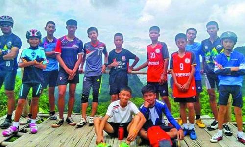 12 thành viên đội bóng nhí Lợn Hoang của Thái Lan cùng huấn luyện viên. Ảnh: Guardian.
