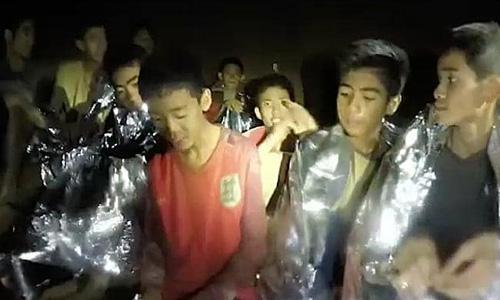 Các cầu thủ nhí và huấn luyện viên mắc kẹt trong hang Tham Luang 9 ngày trước khi được tìm thấy. Ảnh: Thai Navy SEAL.