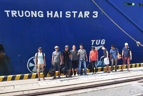 9 thuyền viên tàu An Phú 868 cập cảng Chu Lai. Ảnh: Tam Dân.