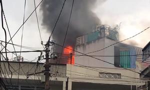 Cháy nhà gần chợ ở Sài Gòn, nhiều người tháo chạy