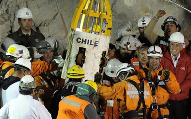 Các thợ mỏ Chile được đưa lên mặt đất qua một lỗ khoan.