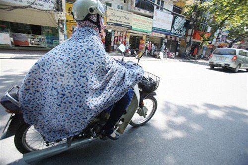 Đã từng có những chiếc áo choàng không phải để giữ ấm mà dùng che nắng xuất hiện trên phố.