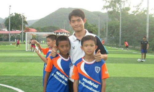Huấn luyện viênEkapol Chanthawong và thành viên đội bóng Lợn hoang. Ảnh: ETtoday.