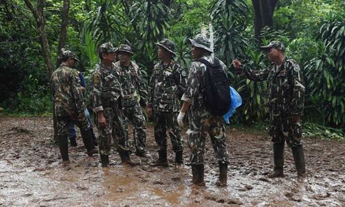 Các binh sĩ Thái Lan đang thăm dò lối đi khác dẫn tới nơi đội bóng mắc kẹt. Ảnh: AFP.