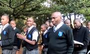 Lý do thầy hiệu trưởng châu Phi thích mặc đồng phục học sinh