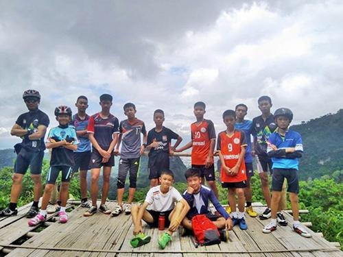 12 cầu thủ nhí và trợ lý huấn luyện viên của Wild Boarstrước khi mắc kẹt trong hang Tham Luang. Ảnh: Chiang Rai Times