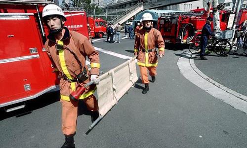 Các nạn nhân trong vụ tấn công hóa học nhanh chóng được đưa lên mặt đất và đặt lên cáng cứu thương. Ảnh: AFP.