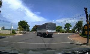 Ôtô tải quay đầu xe giữa ngã tư đèn đỏ