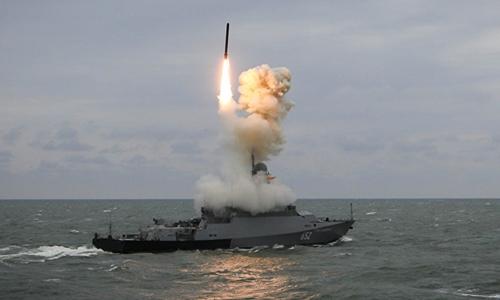 Tàu chiến Nga bắt tên lửaKalibr trong cuộc diễn tập hồi năm 2017. Ảnh:Sputnik.