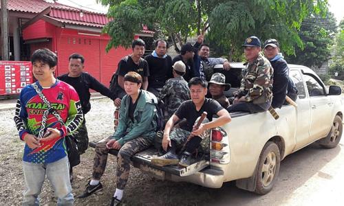Các binh sĩ Thái Lan, kiểm lâm và thợ săn tổ yến tại khu vực giải cứu đội bóng gần hang Tham Luang. Ảnh: SMH.