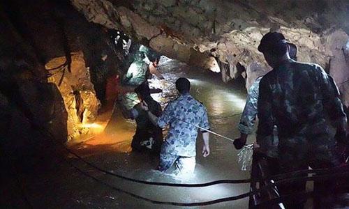 Các đặc nhiệm SEAL thuộc Hải quân Thái Lan lội qua hang động ngập nước để tới vị trí đội bóng mắc kẹt. Ảnh: AFP.