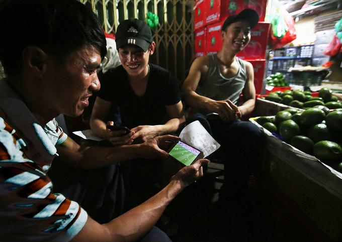 Lao động chợ đêm Long Biên giải trí bằng World Cup