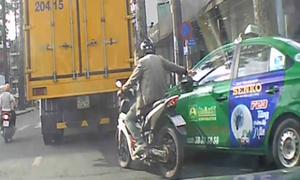 Thanh niên gạt vỡ gương chiếu hậu taxi vì không được nhường đường