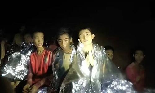 Đội bóng nhí Thái Lan kẹt trong hang. Ảnh: Thai Navy SEAL.