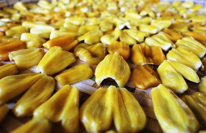 Người dân Quảng Nam phơi mít chín làm món ăn