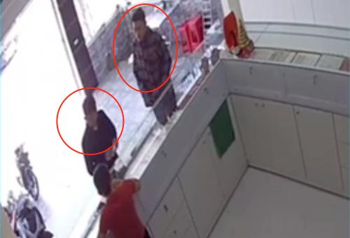 Hình ảnh Hoàng và Đạt lừa bán vàng giả tại tiệm vàng ở huyện Nghi Lộc sáng 3/7.