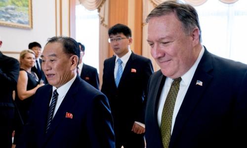 Ngoại trưởng Mỹ Pompeo, phải, và Phó chủ tịch đảng Lao động Triều Tiên Kim Yong-chol. Ảnh: Reuters.