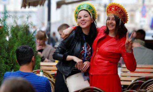 Phụ nữ đội mũ truyền thống kokoshini của Nga trong ngày khai mạc World Cup 14/6 tại Moskva. Ảnh: Reuters.