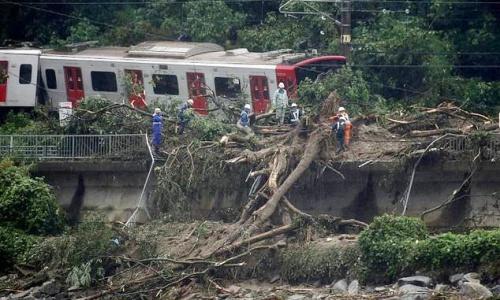 Mưa lũ gây ra tai nạn đường sắt ở Nhật Bản. Ảnh: AFP.