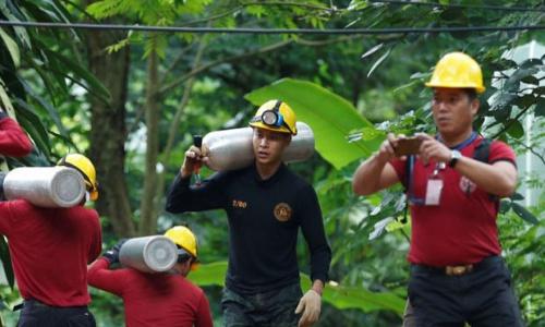Các nhân viên cứu hộ tại hiện trường ngày 7/7. Ảnh: Reuters.