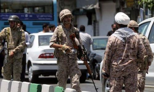 Lực lượng Cảnh vệ cách mạng bán quân sự Iran phong toả con phố Tehran sau vụ tấn công ngày 7/7. Ảnh: AFP.