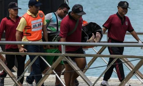 Nhân viên cứu hộ Thái Lan đưa thi thể một nạn nhân thiệt mạng trong vụ chìm tàu Phoenix vào bờ ngày 6/7. Ảnh: AFP.