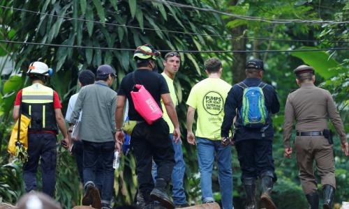 Lực lượng cứu hộ nhiều nước tham gia chiến dịch giải thoát đội bóng nhí Thái Lan. Ảnh: Reuters.
