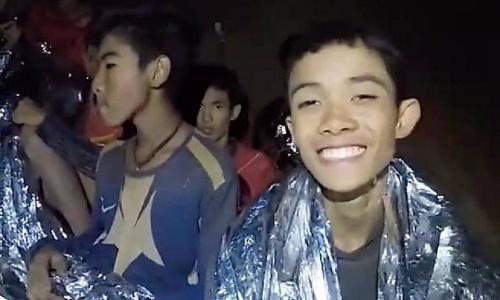 Cậu bé vẫn giữ tinh thần lạc quan dù mắc kẹt trong hang hai tuần. Ảnh: Hải quân Thái Lan.