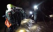 Không gian nhỏ hẹp và ngập nước bên trong hang Tham Luang