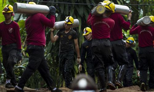 Quân đội Thái Lan di chuyển các bình oxy tới khu vực giải cứu đội bóng nhí trong hang Tham Luang. Ảnh: AFP.