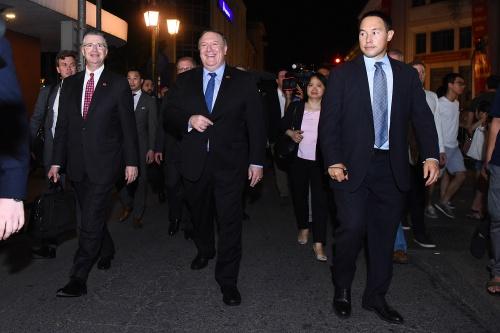 Đại sứ Mỹ tại Việt Nam Kritenbrink, ngoài cùng bên trái, đồng hành cùng Ngoại trưởng. Ảnh: Giang Huy.