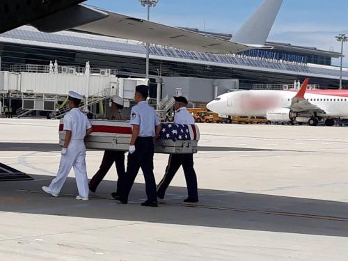 Hài cốt lính Mỹ được hồi hương về nước từ sân bay quốc tế Đà Nẵng. Ảnh: Bộ Ngoại giao Việt Nam.