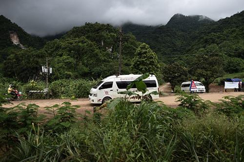 Thái Lan cân nhắc cho 4 thành viên đội bóng được giải cứu gặp người thân - 1