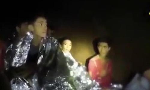 Chanin Viboonrungruang (giữa) trong đoạn video do đặc nhiệm Thái Lan ghi lại trong hang động. Ảnh: Thai Navy