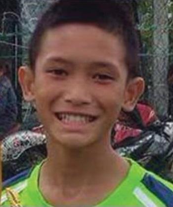 Mongkhon Bunpiem, em nhỏ đầu tiên được đưa khỏi hang. Ảnh:Thai Rath.