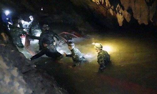 Thợ lặn đi vào hang Tham Luang để giải cứu đội bóng nhí hôm 8/7. Ảnh:AP.