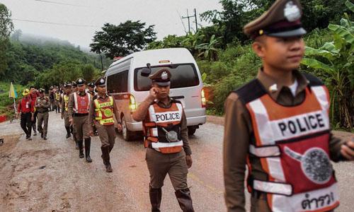 Cảnh sát Thái Lan phong tỏa tuyến đường dẫn tới hang Tham Luang khi chiến dịch giải cứu những người mắc kẹt đang diễn ra. Ảnh: AFP.