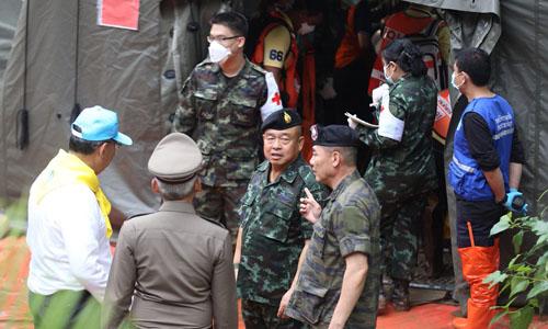 Quan chức Thái Lanbàn về hoạt độnggiải cứu bên ngoài hang Tham Luang. Ảnh: Straits Times.