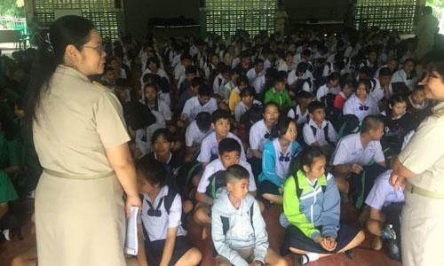 Học sinh tập trung nghe thông tin mới nhất về những bạn học bị mắc kẹt trong hang Tham Luang. Ảnh: CNN.