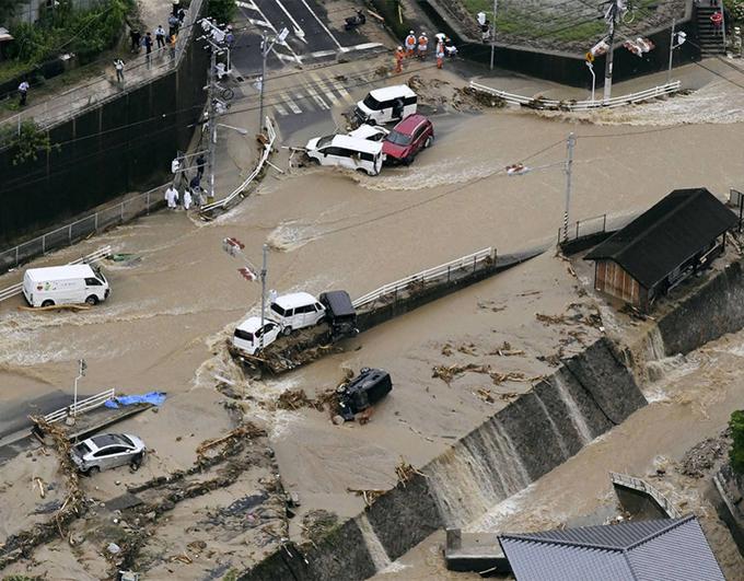 Đường phố Nhật Bản biến thành sông, hàng loạt ôtô bị cuốn trôi