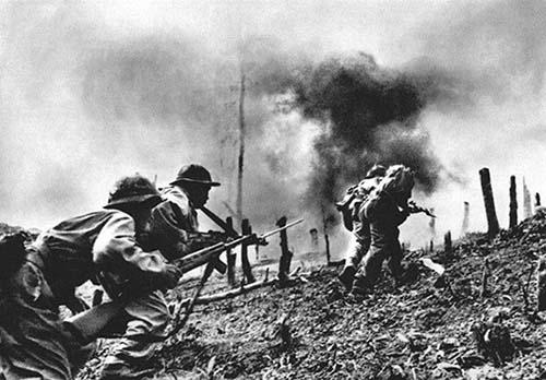 Quân giải phóng tiến lên chiếm các mục tiêu của địch tại Khe Sanh. Ảnhtư liệu.