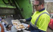 Chính quyền bị kiện vì cho phép người dọn rác mở túi thức ăn thừa