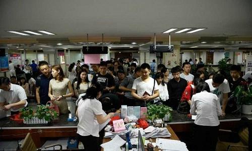 Phụ huynh Trung Quốc đồng loạt nộp đơnly hôn vào cuối tháng 6 hàng năm. Ảnh: Sohu