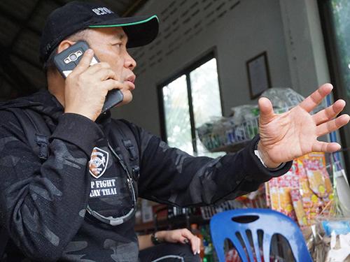 Ông Pairojana Toontong nói chuyện điện thoại tại hiện trường gần hang Tham Luang. Ảnh: Ideindependent