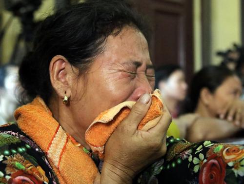 Người nhà ông Chinh bật khóc khi cáo trạng nêu rõ hành vi mất hết nhân tính của bị cáo. Ảnh: Kỳ Hoa.
